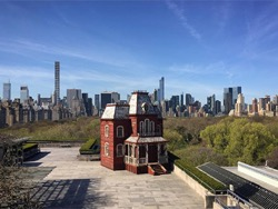 """Копию дома из триллера """"Психо"""" установили на крыше музея в Нью-Йорке"""