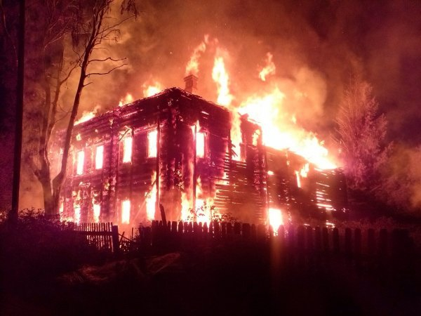 В Подмосковье загорелись  три дома и баня : Происшествия : ВладТайм