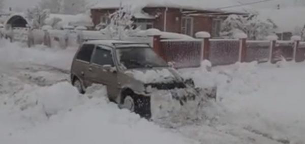 Житель Ростовской области переделал «Оку» в снегоуборщик
