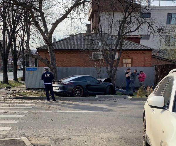 В Краснодаре столкнулись Porsche и Honda